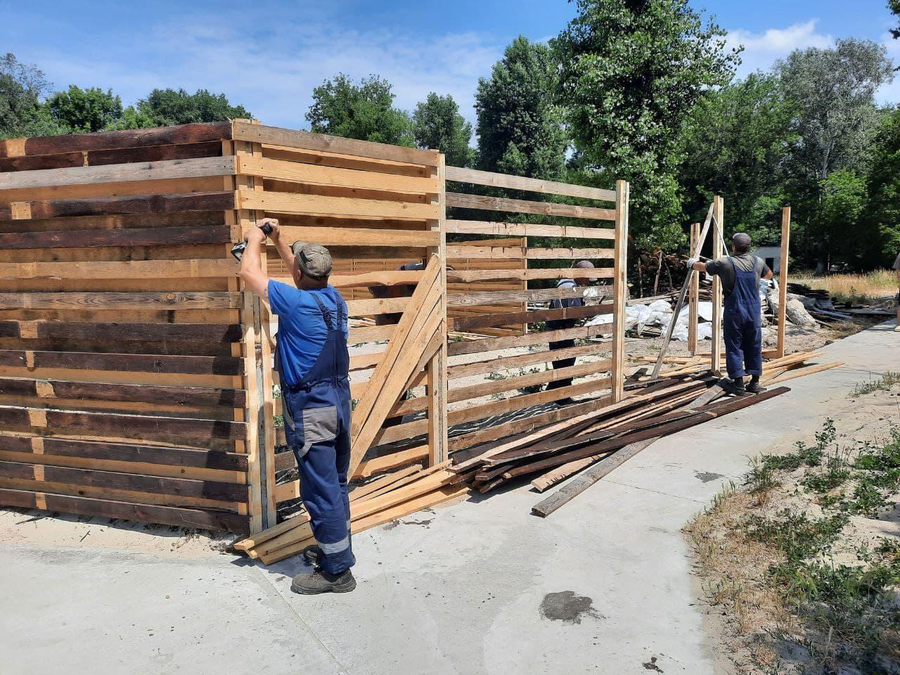 """Фахівці КП """"Київблагоустрій"""" демонтують паркан біля водойми у Гідропарку"""